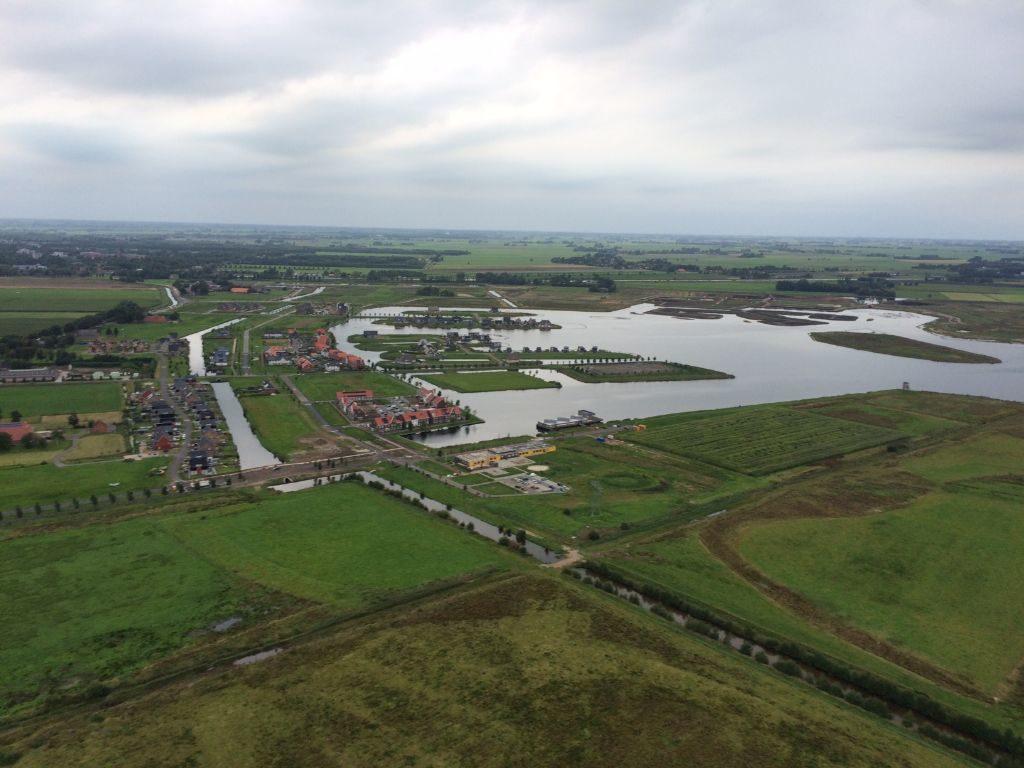 zicht op meerstad vanuit luchtballon